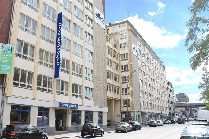 4 Tage Kurzurlaub zu zweit im a&o Hamburg City & 2 Tickets für St. Pauli-Führung